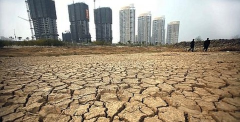 The dry riverbed of the Gan river, which flows into Poyang lake and is a major tributary of the Yangtze, as the river dries up near the Jiangxi capital of Nanchang, 05 December 2007, due to the drought that began in July. Water levels in Poyang Lake in Jiangxi province, China's largest fresh water lake, are nearing record lows as a drought exacerbates, causing severe water shortages for industrial and residential users. CHINA OUT GETTY OUT AFP PHOTO