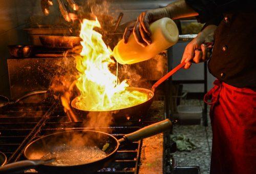 """Cucine stellari vs """"caporalato gastronomico"""": i lavoratori prima di tutto"""